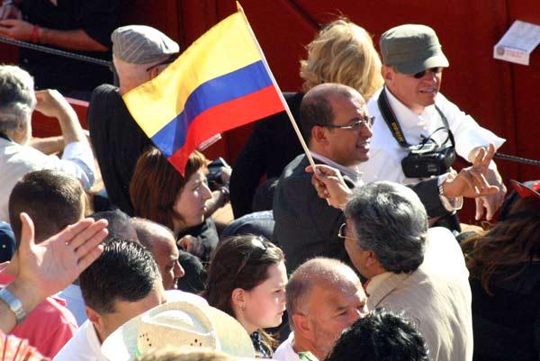 Un guía intenta reunir en el tendido a todo el grupo de sus turistas. (FOTO: Javier Martínez)