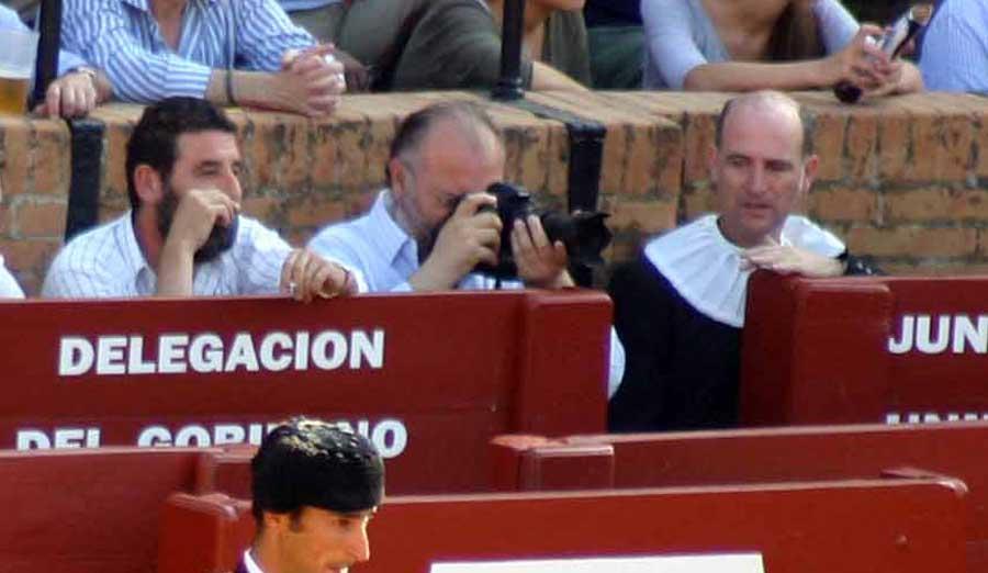 La Junta de Andalucía incluso cede espacio de su burladero a fotógrafos no taurinos que realizan fotografías del desarrollo del festejo sin que se haya explicado su motivo ni soporte de publicación. (FOTO: Javier Martínez)