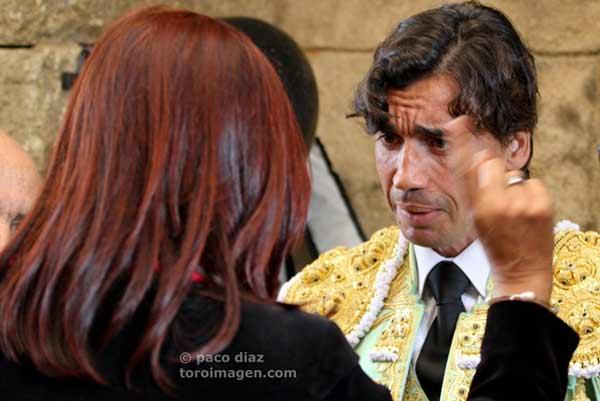 La presidenta Anabel Moreno es enérgica en las explicaciones previas a los toreros. (FOTO: Paco Díaz/toroimagen.com)