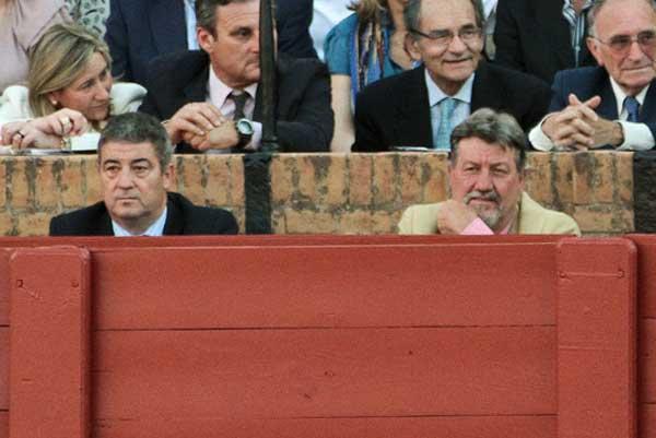El delegado de callejón, Antonio Mesa, y el ex presidente Gabriel Ferández Rey, que ha asistido todas las tardes. (FOTO: Paco Díaz/toroimagen.com))