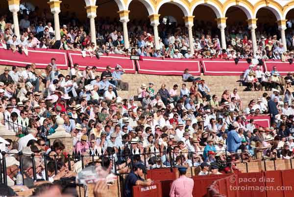 Todavía sin 'No hay billetes' en Feria. Hoy miércoles, algo más de tres cuartos de plaza. (FOTO: Paco Díaz/toroimagen.com)