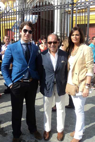 Manuel Viera, autor de las crónicas en SEVILLA TAURINA, con su hijo Lolo y la novia. (FORO: Javier Martínez)