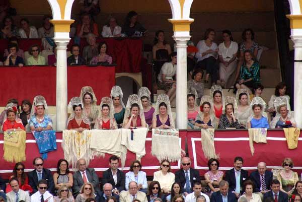 El palco de maestrantes muy vistoso con la señoras de mantilla. (FOTO: Javier Martínez)
