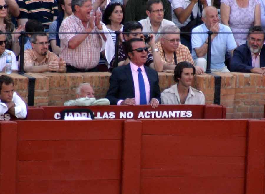 Y después el flamante apoderado de Rafael Cerro disfrutó y jaleó lo que el joven novillero hacía. (FOTO: Javier Martínez)