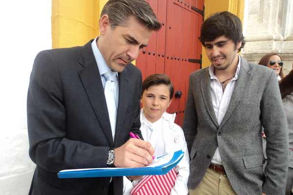 El empresario de la plaza de Huelva, Óscar Polo, firma en favor de la protección de la Fiesta. (FOTO: Javier Martínez)