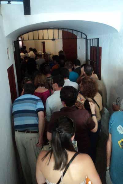 Los angostos pasillos interiores de la plaza se colapsan. (FOTO: Javier Martínez)