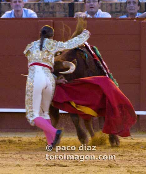Ella pasó un quinario, los del callejón otro. (FOTO:Paco Díaz/Toroimagen.com)