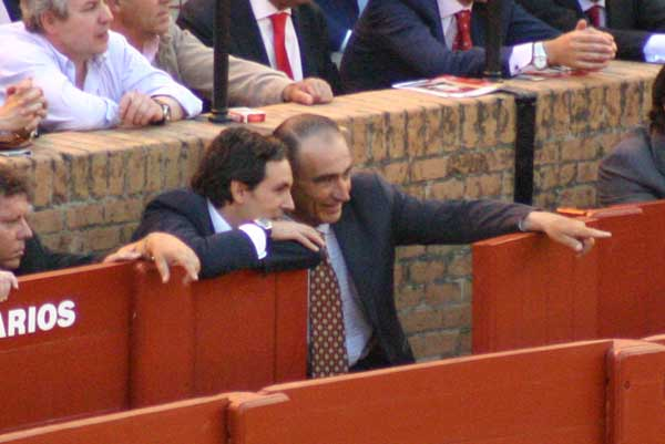 Ricardo Gallardo alecciona a Álvaro Pedregosa, el veterinario enchufado de la Carmen Tovar. (FOTO: Javier Martínez)
