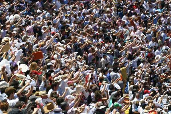 El variopinto público de la matinal de rejones pidiendo los trofeos de premio. (FOTO: Javier Martínez)