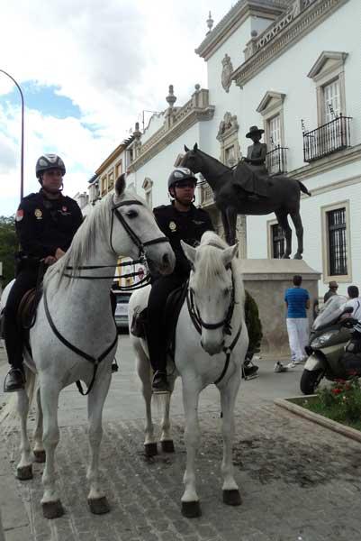 Dos policías a caballo bajo la figura ecuestre de la condesa de Barcelona. (FOTO: Javier Martínez)