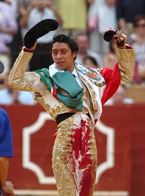 Sergio Flores, con la oreja del tercero. (FOTO: Matito)