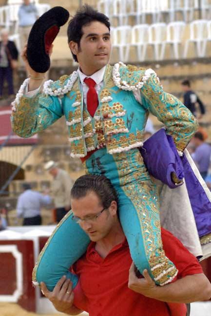 Salvador Vega, a hombros en Osuna esta tarde. (FOTO: Eduardo Porcuna)