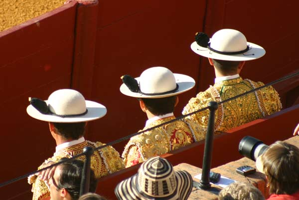 Tres picadores que parecen calcados el uno del otro. (FOTO: Javier Martínez)
