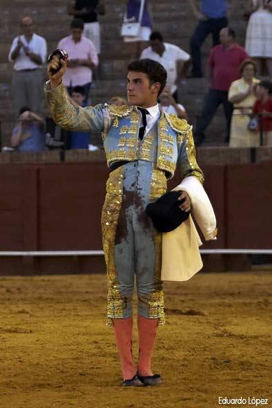 Fernando Adrián con la oreja del sexto. (FOTO: Eduardo López)