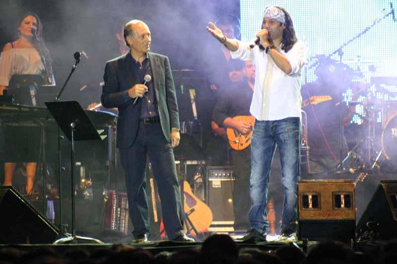 Con el cantante onubense El Arrebato cantó 'Como una luz'.