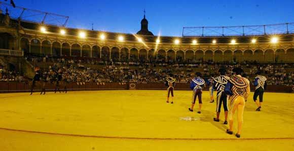 Paseíllo nocturno en la Maestranza. (FOTO: lamaestranza.es)