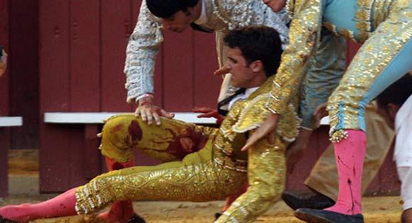 Espaliú es recogido en el albero y comienza la hemorragia de su pierna derecha. (FOTO: lamaestranza.es)