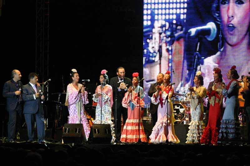 Sevillanas más alegres con el Coro de la Hermandad del Rocío de Triana.