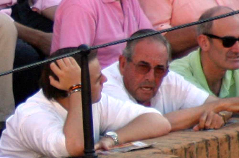 Eduardo Miura en una barrera, aunque su lugar habitual es sillón de tendido. (FOTO: Javier Martínez)