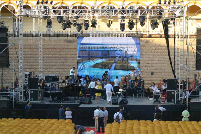 Detalle del escenario montado en la zona de toriles de la Maestranza,