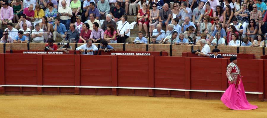 La empresa de la Real Maestranza, con el respaldo de la Junta de Andalucía, ha preferido dejar 13 plazas libres en el burladero de 'Prensa gráfica' antes que acreditar al fotógrafo de SEVILLA TAURINA.