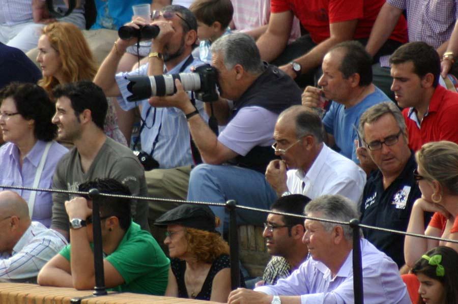 En estas condiciones, fuera del callejón, tienen que trabajar los fotógrafos de SEVILLA TAURINA, mientras hay más de la mitad del burladero de 'prensa gráfica' vacío cada domingo. (FOTO: Javier Martínez)