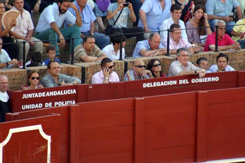 Las importantes y destacables 'personalidades' que esta tarde ocupaban parte del burladero de la Junta de Andalucía. (FOTO: Javier Martínez)