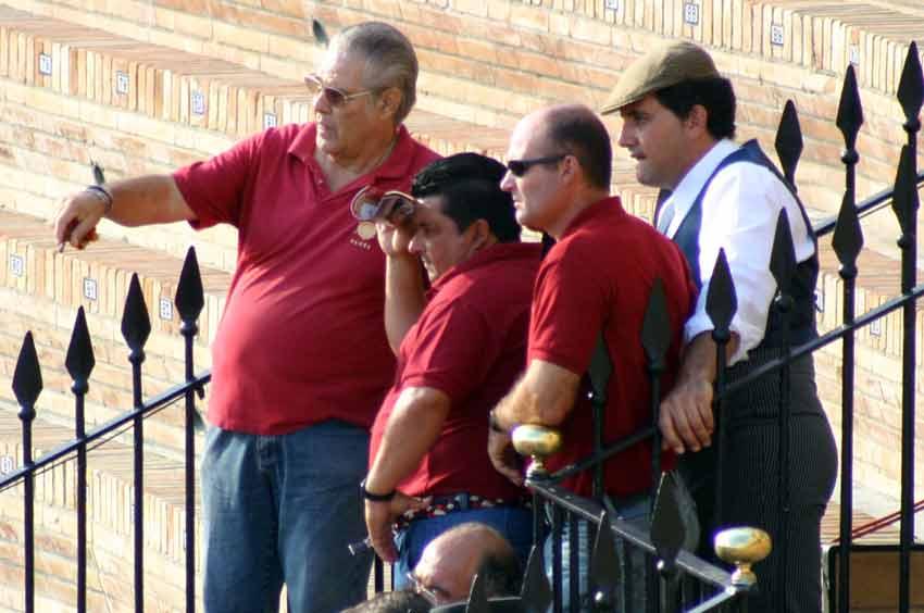 El personal de corrales de la empresa, atento al desarrollo del festejo. (FOTO: Javier Martínez)