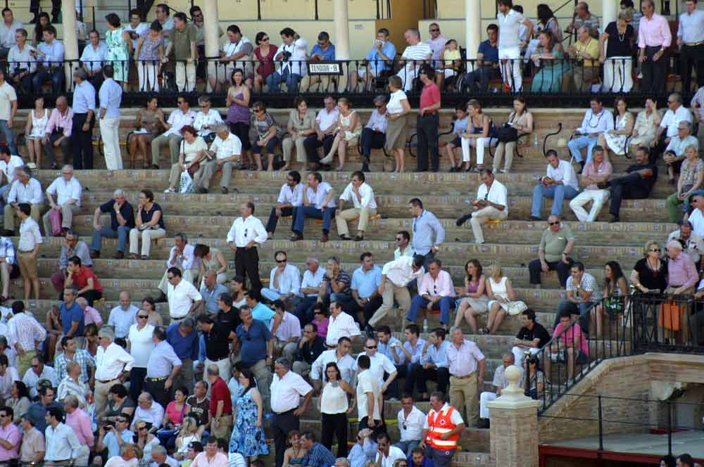 ...y en la sombra amplias calvas. En la corrida del Corpus, menos gente que en las novilladas. (FOTO: Javier Martínez)
