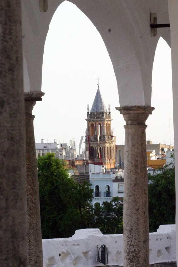 Santa Ana, la catedral de Triana, desde la Maestranza. (FOTO: Javier Martínez)