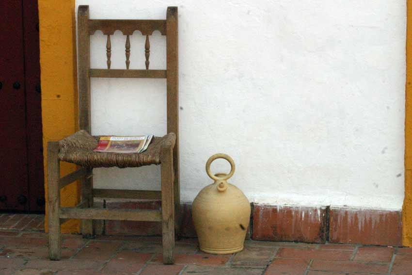 Una silla de anea y un botijo: ¿puede haber algo más sevillano? (FOTO: Javier Martínez)