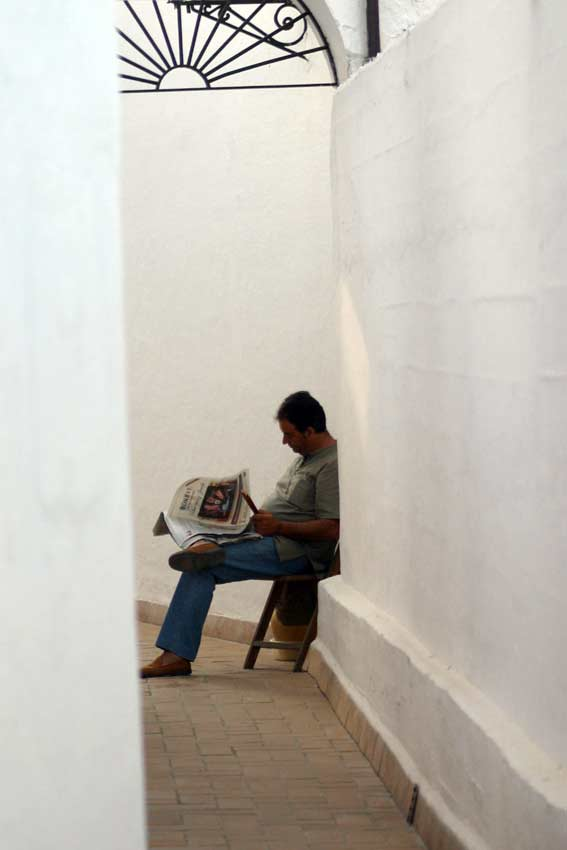 Un acomodador deja pasar el tiempo entre los pasillos de la plaza. (FOTO: Javier Martínez)