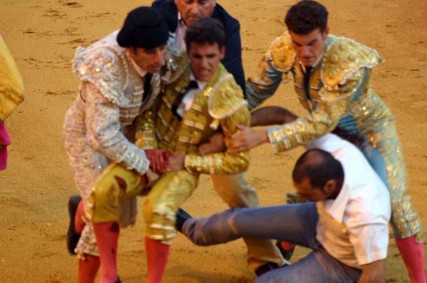 El propio Antonio Espaliú tapona el boquete de la cornada camino de la enfermería. (FOTO: Javier Martínez)
