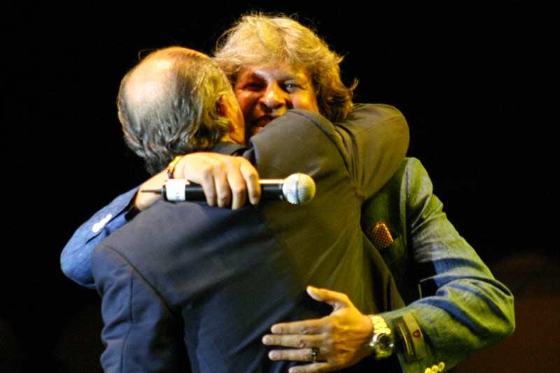 Soto abraza a José Mercé tras interpretar 'El silencio del Sur'.