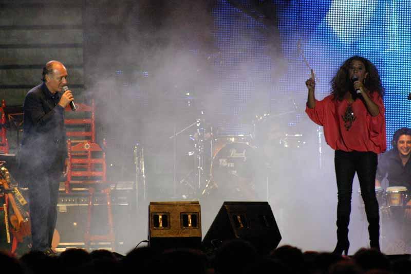 José Manuel Soto y Lolita cantando 'Abrázame'.