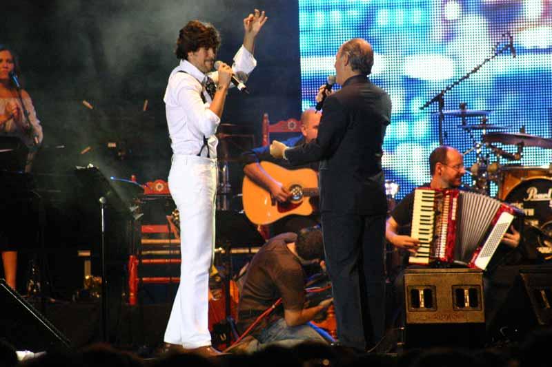 Los dos sevillanos cierran la interpretación de la canción.