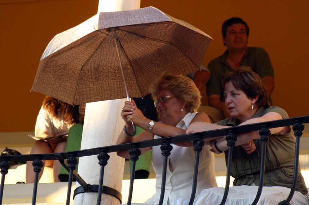 Esta tarde han aparecido bastantes paraguas en los tendidos de la Maestranza. (FOTO: Javier Martínez)