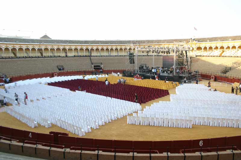 El escenario se colocó delante de toriles y todo el ruedo se habilitó con sillas.