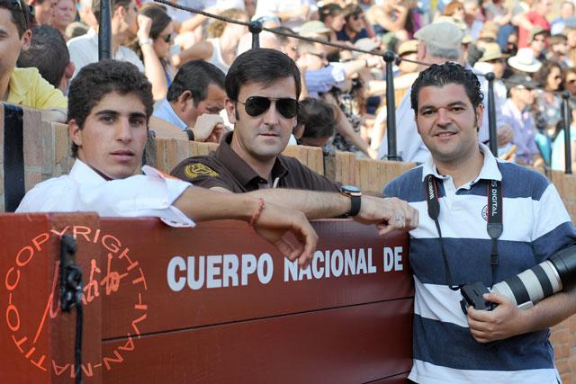 El novillero Rafael Cerro, el banderillero sevillano Agustín Marín y Eduardo López. (FOTO: Matito)