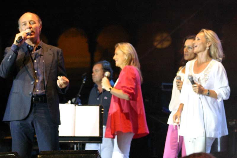 Los componentes de 'Siempre así' fueron los últimos en subir al escenario para cantar con Soto.