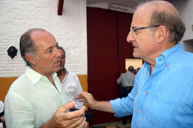 José Manuel Soto saluda al alcalde de Huelva, Pedro Rodríguez.