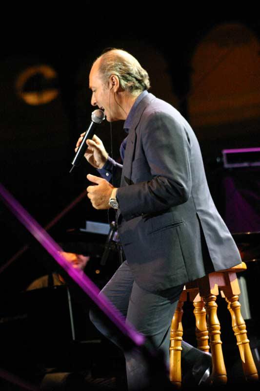 Comenzó cantando tres canciones en solitario.