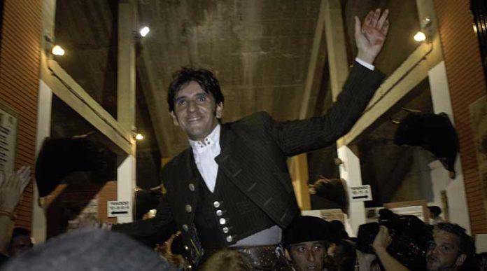 Diego Ventura saliendo a hombros en la nocturna de Algeciras. (FOTO: Carlos Núñez)
