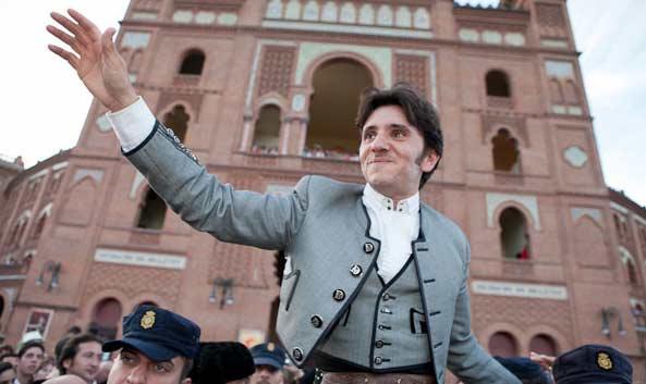Diego Ventura saliendo a hombros esta tarde en Madrid. (FOTO: las-ventas.com)