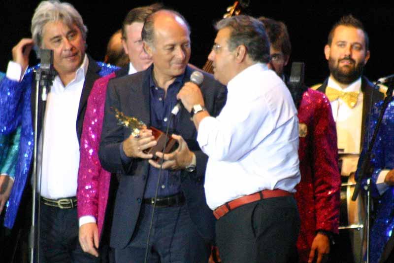 El alcalde de Sevilla, Juan Ignacio Zoido, le entregó un Giradillo 'por llevar el nombre de Sevilla por todo el mundo'.