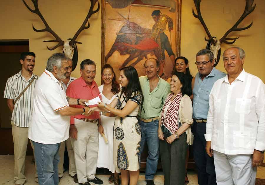 Eduardo Canorea hace entrega del donativo en calidad de cesión del piso plaza para el concierto. (FOTO: lamaestranza.es)
