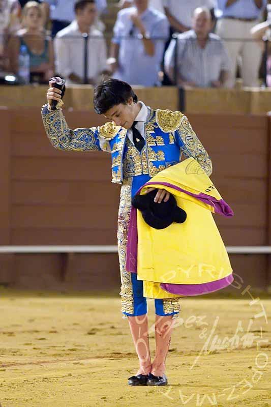 Álvaro Sanlúcar con la oreja ganada esta noche. (FOTO: López-Matito)