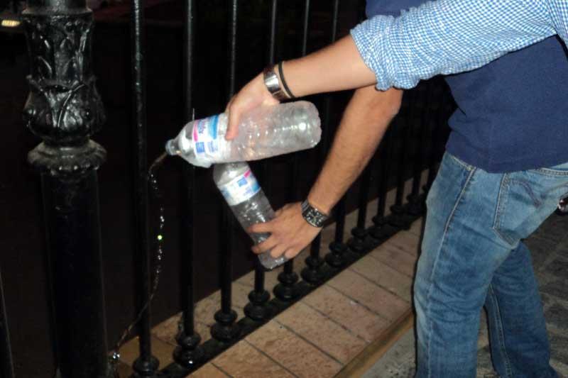 Comprar agua para tirarla... y quedarse con el envase.