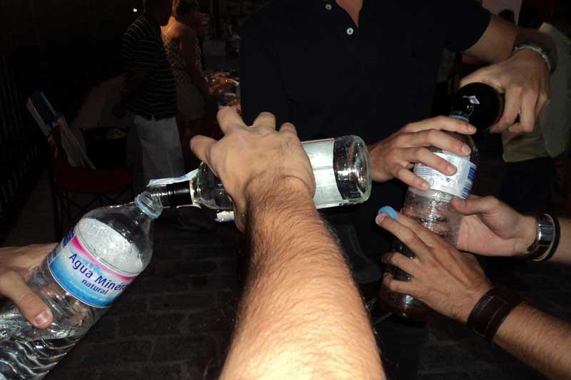 Otros aficionados optaban por volcar el whisky de la botella de cristal...