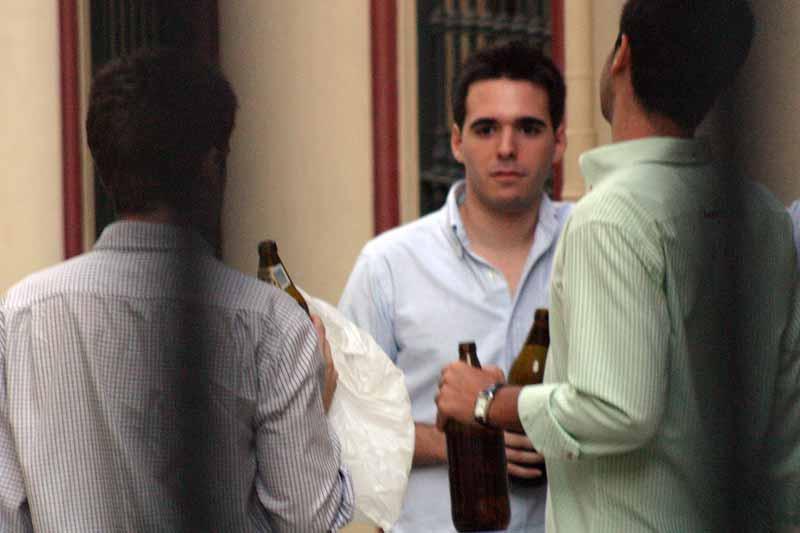 Unos optaron por beberse las cervezas antes de entrar.